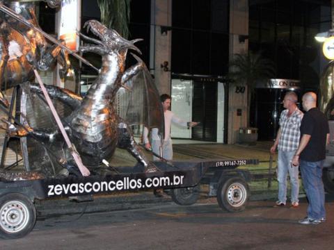 Gerard Butler conhece o trabalho de Ze Vasconcellos no Rio de Janeiro em 2014 Ze Vasconcellos Metal Sculptures - Ze Vasconcellos Metal Sculptures - Metal Sculptures - Campinas - São Paulo - Brasil - 3